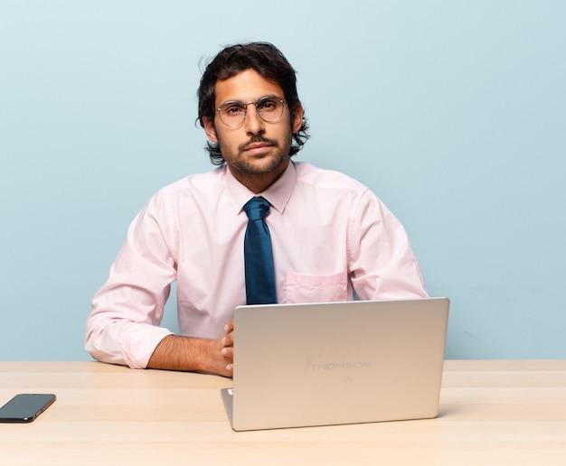 그의 직장에서 성인 잘 생긴 인도 사업가입니다.