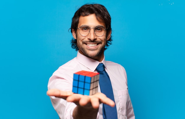 Взрослый красивый индийский бизнесмен, решающий задачу разведки