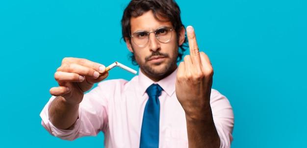 성인 잘 생긴 인도 사업가 중지 흡연 개념