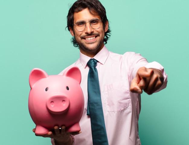 돼지 저금통과 성인 잘 생긴 인도 사업가