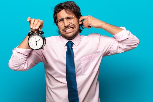 알람 시계와 함께 성인 잘 생긴 인도 사업가