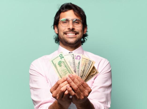 Взрослый красивый индийский бизнесмен с долларовыми банкнотами