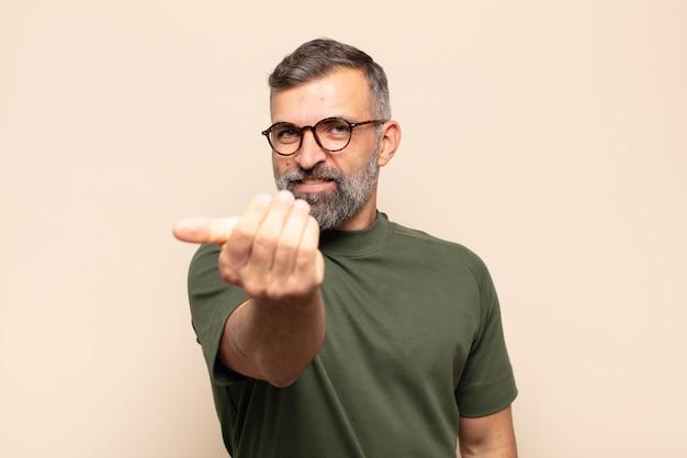 Взрослый красивый мужчина чувствует себя счастливым, успешным и уверенным в себе, сталкивается с проблемой и говорит: давай! или приветствуя вас