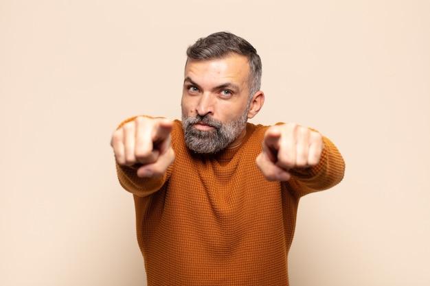 두 손가락과 화난 표정으로 앞으로 가리키는 성인 잘 생긴 남자, 의무를 다하라고 말함