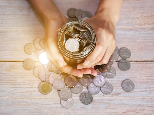 성인 지주 돈 항아리 기부 절약 자선 가족 재정 계획 개념