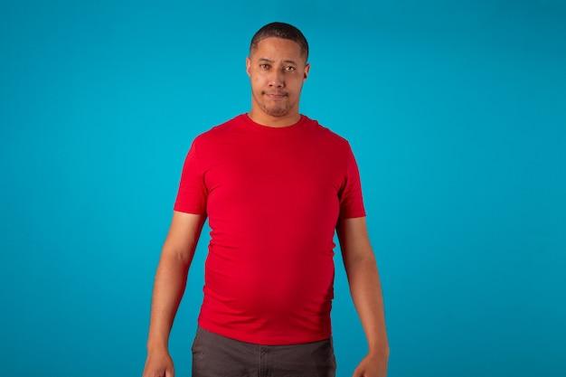 파란색 배경에 빨간 셔츠를 입은 성인이 다양한 표정을 짓고 있습니다.