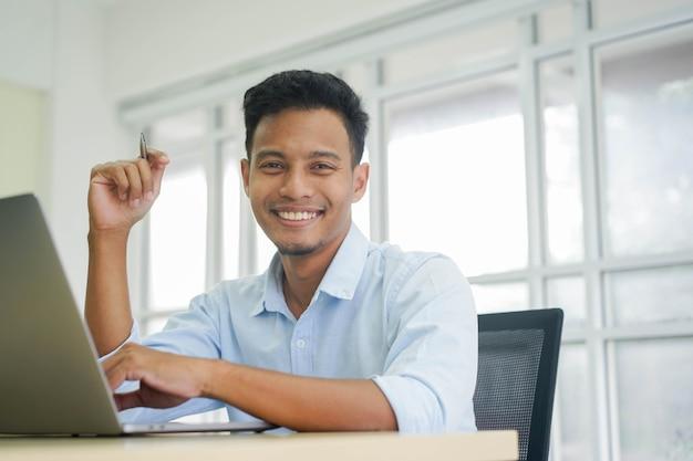 성인 라틴 관리자 남자 바탕 화면에 앉아 비즈니스 및 라이프 스타일 개념을 찾고
