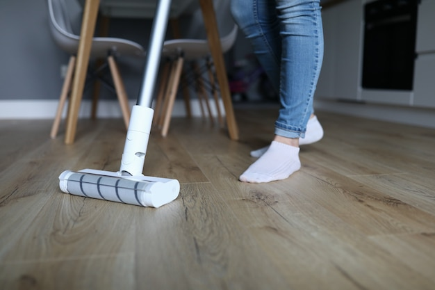 Взрослые ножки в джинсах и носках