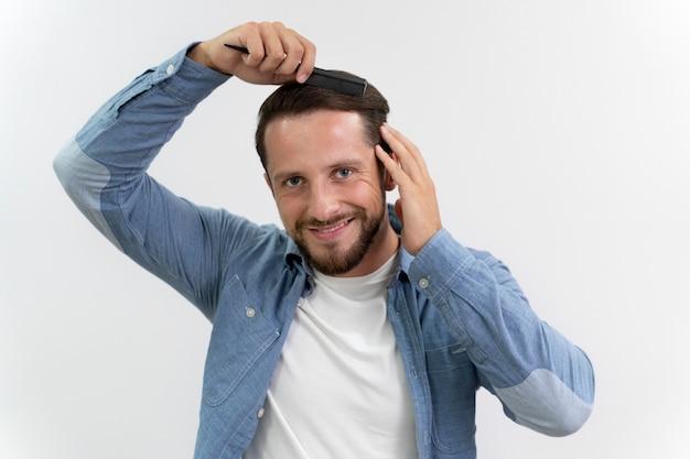 彼の髪を磨く大人の男性