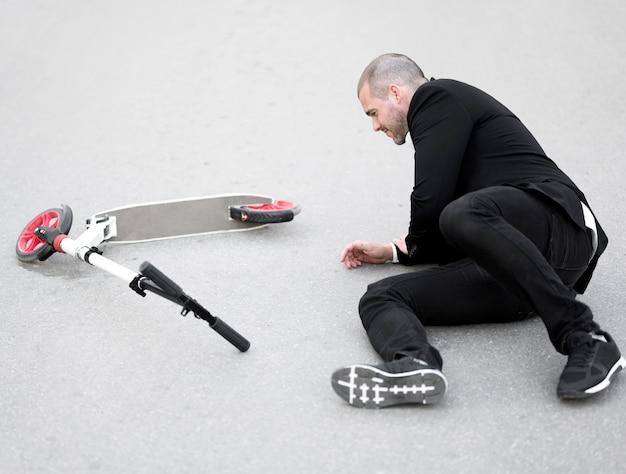 スクーターに乗った後に負傷した成人男性