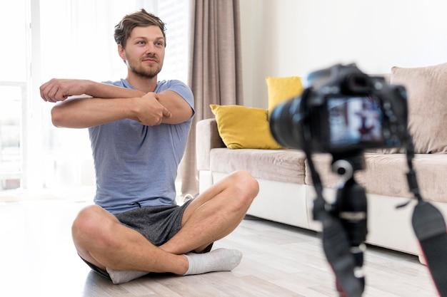 Взрослый самец записывает себя тренирующимся дома