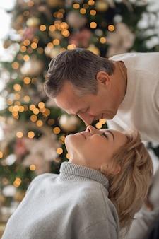 성인 남자와 여자가 근접 촬영에 키스하려고합니다