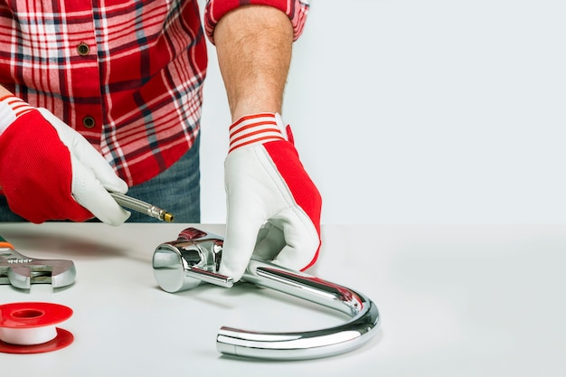 大人の男性の組み立てまたは台所の流しの蛇口の修理