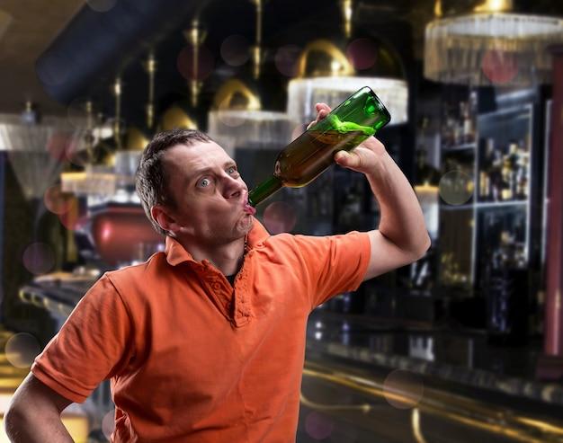 Взрослый мужчина пьет алкоголь в баре
