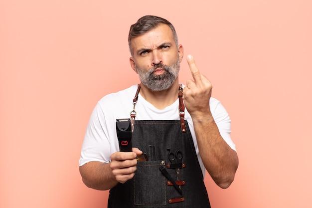Взрослый мужчина чувствует злость, раздражение, бунтарь и агрессию, переворачивает средний палец, сопротивляется