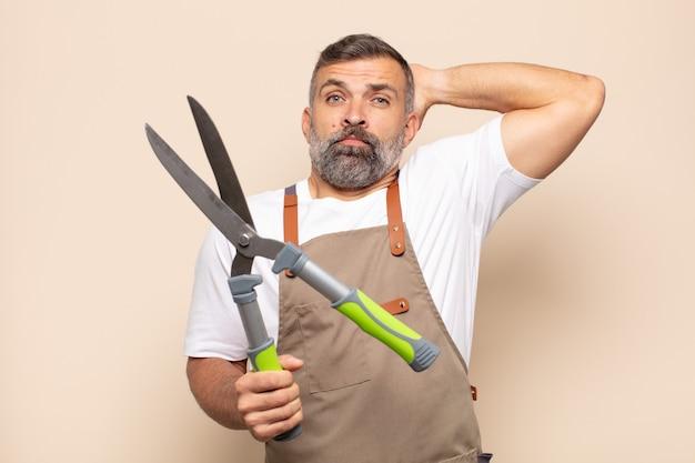 Взрослый мужчина чувствует стресс, беспокойство, тревогу или страх, с руками за голову, паникует из-за ошибки