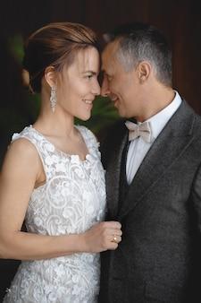 灰色のスーツを着た大人の男性と結婚式の日に彼の花嫁