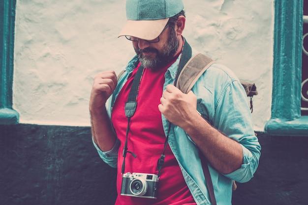 写真カメラで街を訪れる観光旅行活動の成人男性
