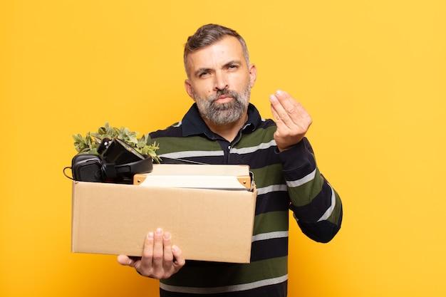 Взрослый мужчина делает капризный или денежный жест, говоря вам, чтобы вы заплатили свои долги!