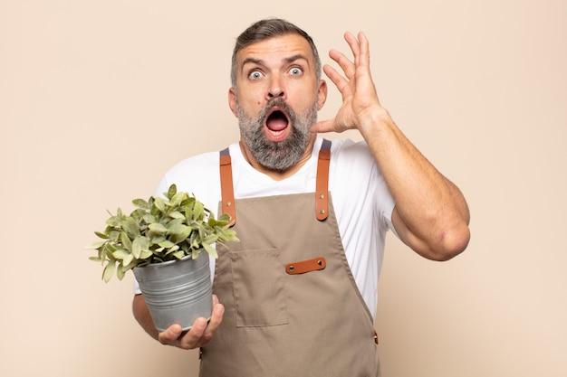 Взрослый мужчина кричит с поднятыми руками, чувствуя ярость, разочарование, стресс и расстройство