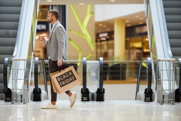 Взрослый мужчина, делающий покупки в торговом центре