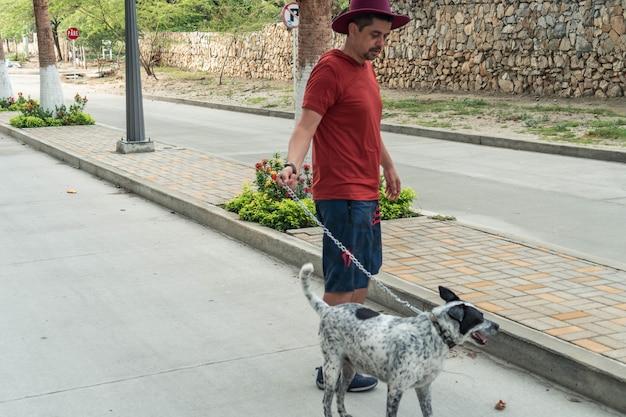 Взрослый мужчина с собакой на руках по соседству