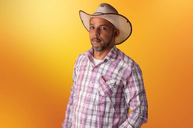Взрослый мужчина в шляпе и сумке, в клетчатых или индийских рубашках или с рождественским орнаментом