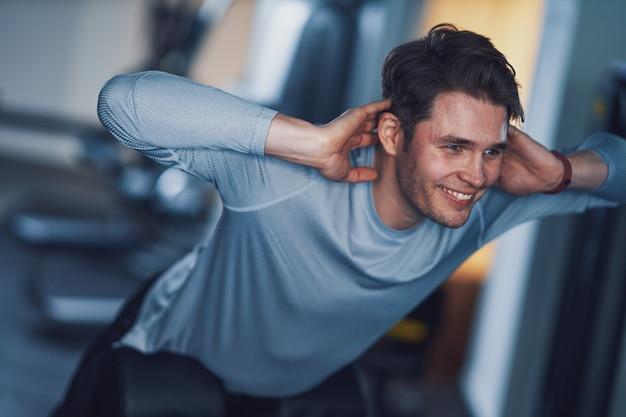 체육관에서 운동을하는 성인 남자