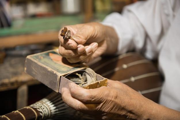 성인 마스터는 오래된 악기를 복원합니다. 현악기 제작