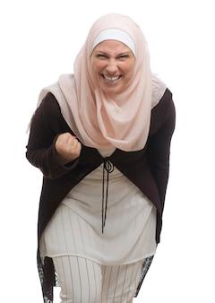 ピンクのヒジャーブを持つ大人のイスラム教徒の女性