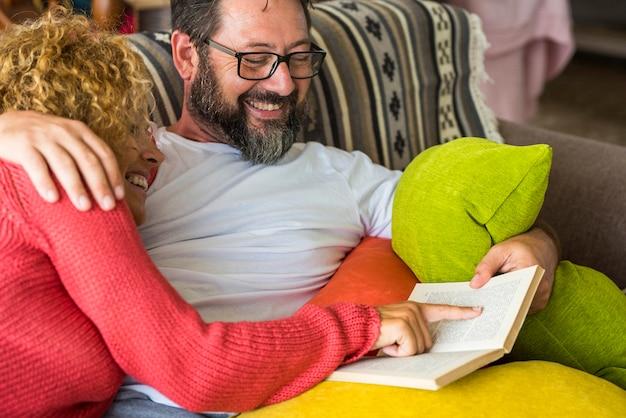 성인 사람들이 백인 남자와 여자 부부 집에서 함께 소파에 시간과 삶을 공유 책을 읽고