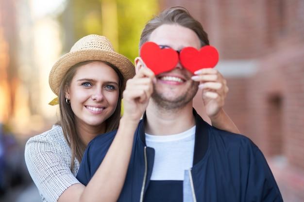 街の散歩に心を抱く大人のロマンチックなカップル