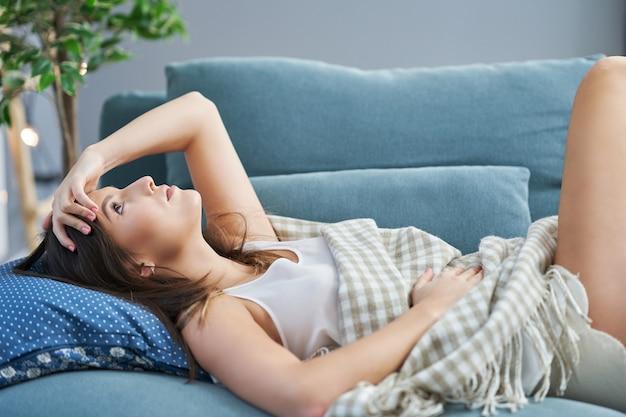 自宅でリラックスした大人のセクシーな女性