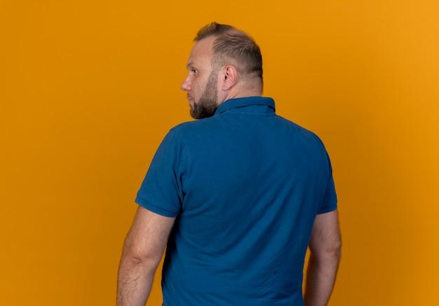 Взрослый славянский мужчина стоит сзади и смотрит в сторону Бесплатные Фотографии