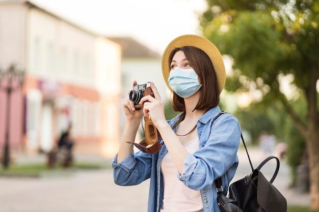 大人の旅行者が屋外で写真を撮る