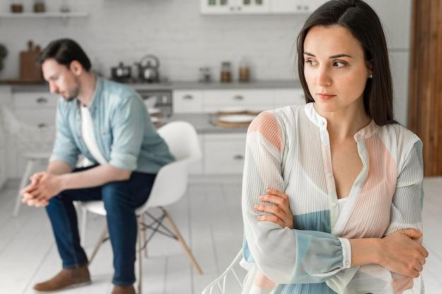 Взрослая женщина и мужчина, думая о следующем шаге