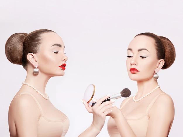 化粧をしている大人の女性。