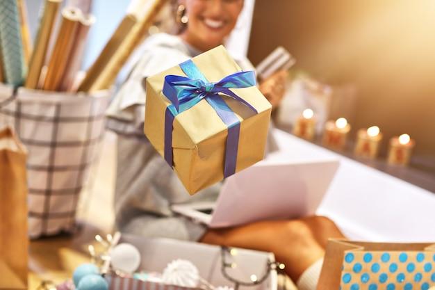 크리스마스 선물 포장 집에서 성인 여자
