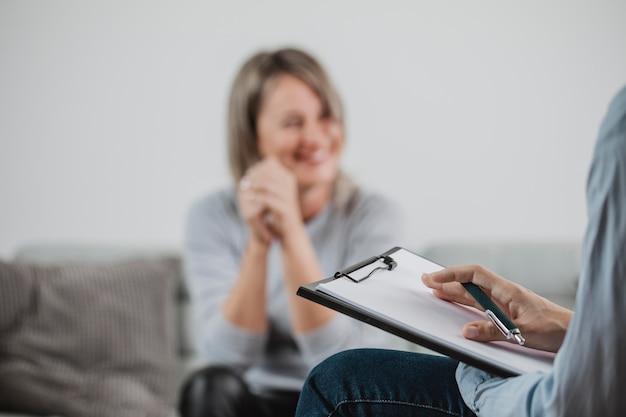 Взрослая женщина на сеансе терапии