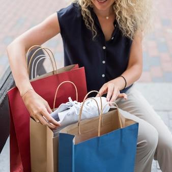大人の女性が買い物袋をチェック