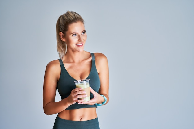 운동 후 건강 한 스무디를 마시는 성인 여자