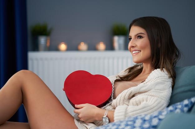 家で心を抱く大人の女性、バレンタインの概念