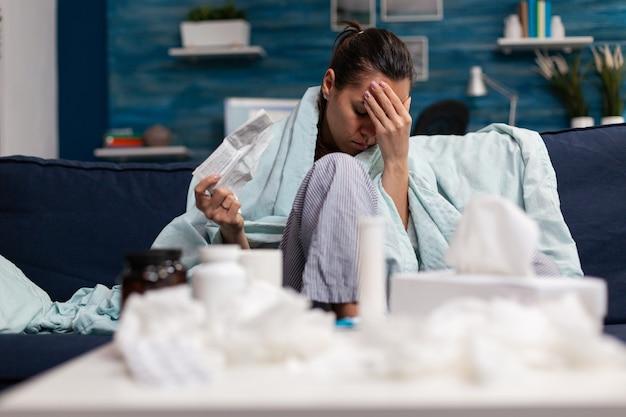 頭痛の病気を治すために薬局の医師から処方薬を持っている大人の女性。治療薬を服用している病気の人は、痛みに対する薬の鎮痛剤をカプセル化します