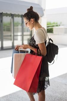 買い物袋を保持している大人の女性