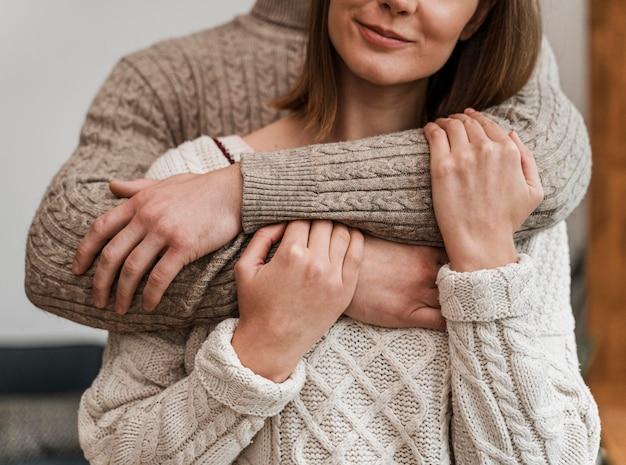 Взрослая женщина, обнимая мужа