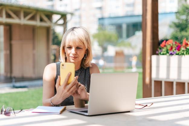Взрослая женщина в очках с ноутбуком