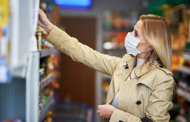 식료품에 대 한 의료 마스크 쇼핑에 성인 여자