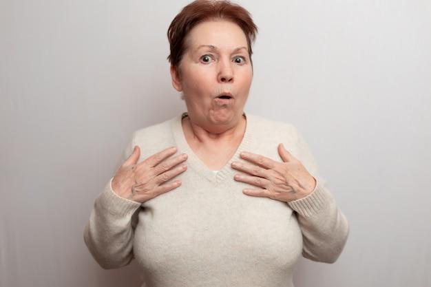 Взрослая женщина на белом в легкий свитер.