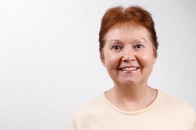Взрослая женщина на белом в легкой футболке