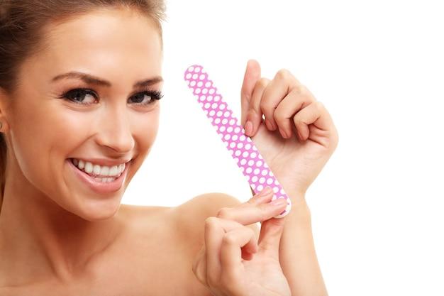 爪やすりで爪を磨く大人の女性